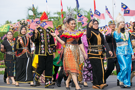 Photo pour Kota Kinabalu, Malaysia - August 31, 2017: Multiracial Malaysian people with traditional attiremarch during 60th Independence Day celebration in Kota Kinabalu city, Sabah State. - image libre de droit