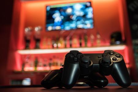 Photo pour Video games at bar counter - image libre de droit