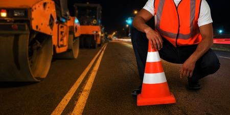 Foto de repairing the road in the night city - Imagen libre de derechos