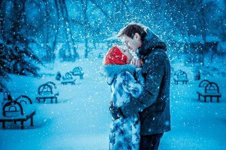 Photo pour Happy Young Couple in Winter Park having fun.Family Outdoors. love kiss - image libre de droit