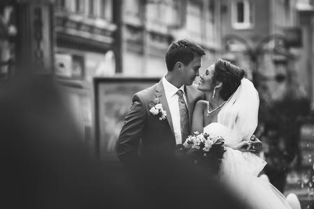 Photo pour Happy couple on wedding day. Bride and Groom. - image libre de droit