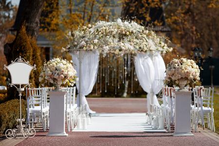 Photo pour Wedding arch in the garden - image libre de droit
