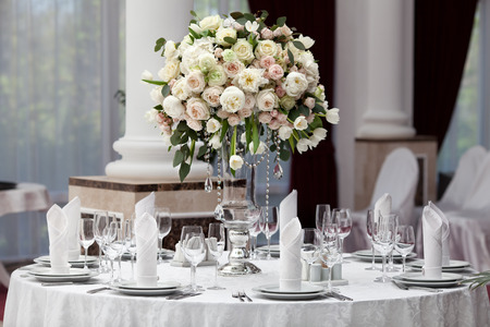 Photo pour Table setting at a luxury wedding reception - image libre de droit