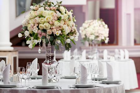 Photo pour Table setting at a luxury wedding reception - image libre de droit