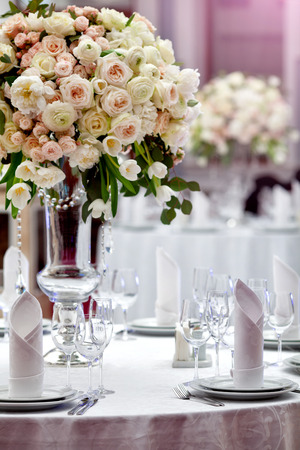 Photo pour Dinner wedding table setting - image libre de droit