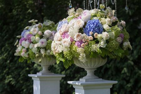Foto de Flowers in a vase for the wedding ceremony - Imagen libre de derechos