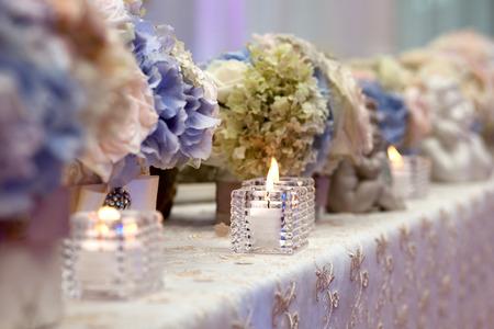 Foto de Wedding table setting decorated - Imagen libre de derechos