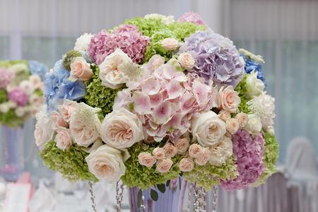 Photo pour Flowers in a vase for the wedding ceremony. Beautiful decoration - image libre de droit