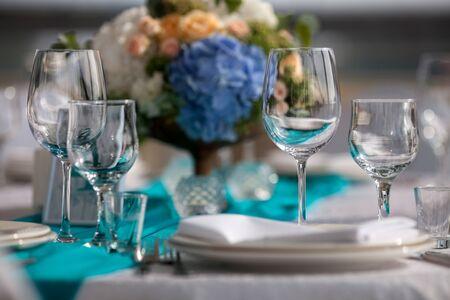 Foto de Elegance table set up for wedding in turquoise - Imagen libre de derechos