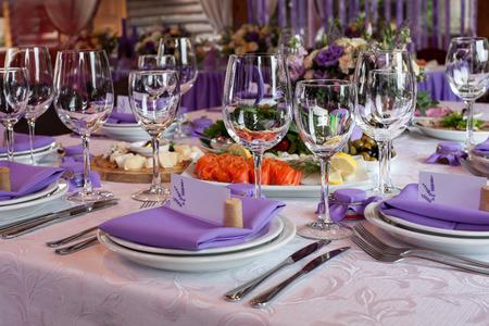 Foto de Salads and empty wine glasses set in restaurant - Imagen libre de derechos