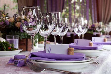 Foto de Empty wine glasses set in restaurant - Imagen libre de derechos