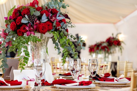 Photo pour Table setting at a luxury wedding reception. Beautiful flowers on the table. - image libre de droit