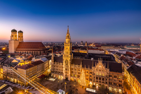 Foto de Marienplatz town hall and Frauenkirche at night in Munich, Germany. - Imagen libre de derechos