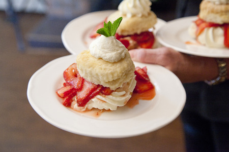 Foto de beautiful biscuits strawberries and cream on a dessert plate - Imagen libre de derechos