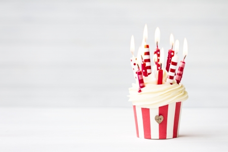 Photo pour Birthday cupcake - image libre de droit