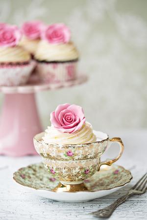 Photo pour Afternoon tea with rose cupcakes  - image libre de droit