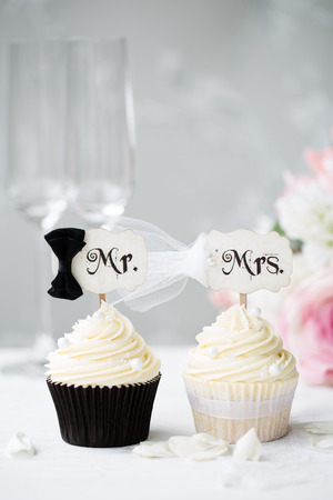 Photo pour Bride and groom cupcakes  - image libre de droit