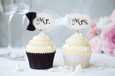 Foto per Bride and groom cupcakes  - Immagine Royalty Free