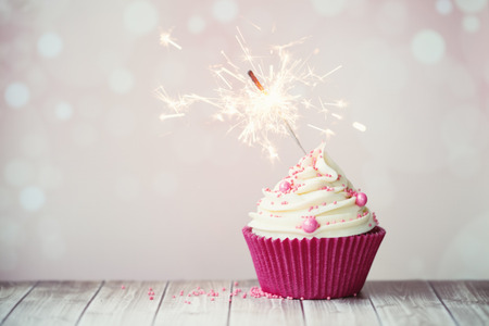 Photo pour Pink birthday cupcake with sparkler - image libre de droit