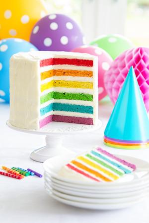 Foto de Brightly colored rainbow layer cake - Imagen libre de derechos
