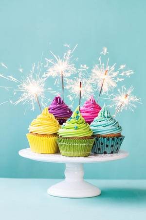 Photo pour Colorful cupcakes decorated with sparklers - image libre de droit