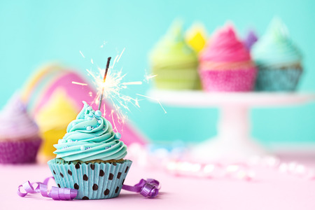 Photo pour Birthday cupcake with sparkler - image libre de droit