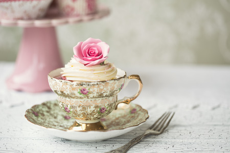 Photo pour Rose cupcake in a vintage teacup - image libre de droit