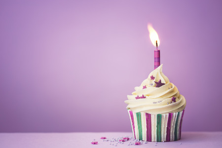 Photo pour Purple birthday cupcake with copy space to side - image libre de droit