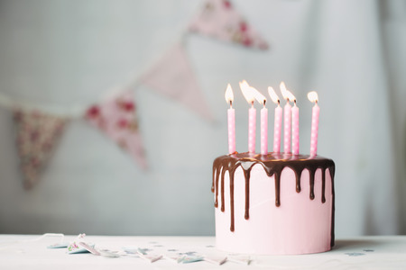 Photo pour Birthday cake with pink candles - image libre de droit