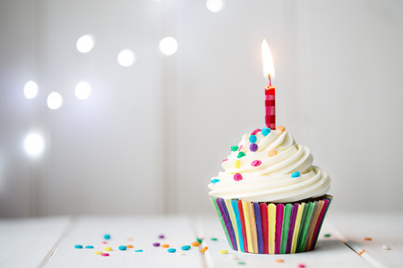 Photo pour Cupcake with a single candle - image libre de droit