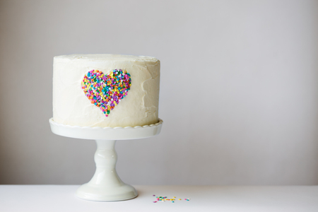 Photo pour White cake with colorful heart - image libre de droit