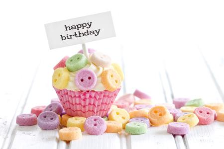 Photo pour Cupcake with Happy Birthday pick - image libre de droit