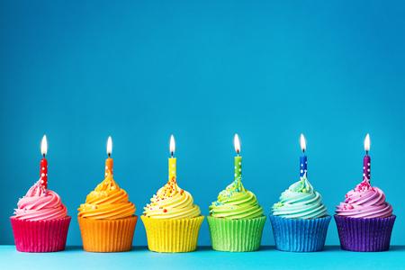 Photo pour Birthday cupcakes in rainbow colors - image libre de droit
