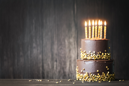 Photo pour Chocolate birthday cake with gold candles - image libre de droit