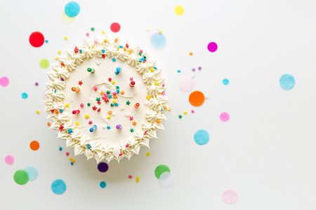 Photo pour Birthday cake with colorful candles - image libre de droit