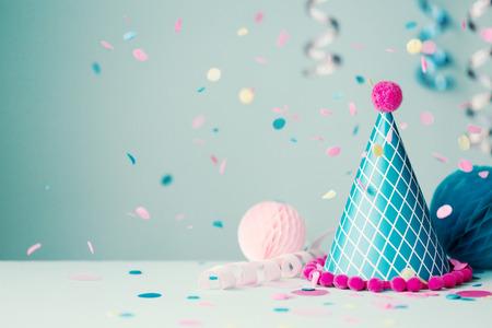 Photo pour Party hat and falling confetti - image libre de droit
