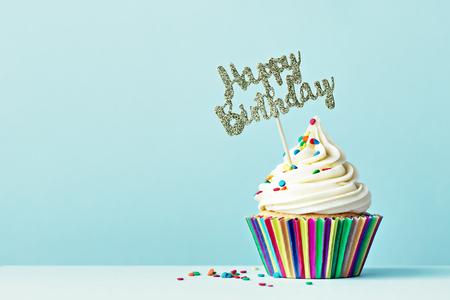 Photo pour Cupcake with Happy Birthday sign - image libre de droit