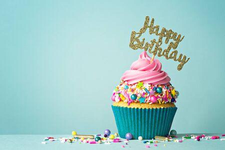 Photo pour Celebration cupcake with happy birthday message - image libre de droit