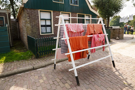 Foto de Enkhuizen, Netherlands - August 19, 2015 - The houses in the traditional old fisherman village open-air museum of Zuiderzee (Zuiderzeemuseum). - Imagen libre de derechos