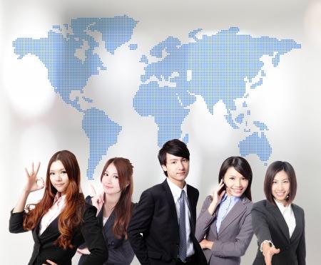 Foto de Asian business people teamwork together with global map - Imagen libre de derechos