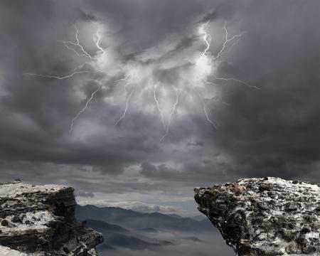 Photo pour danger precipice on the mountain with rainstorm clouds and lightning - image libre de droit
