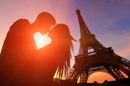 Photo pour silhouette of romantic lovers with eiffel tower in Paris with sunset - image libre de droit