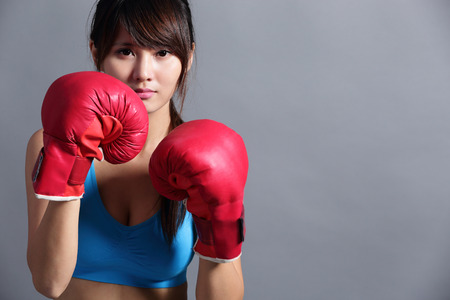 Photo pour Woman with boxing gloves, asian beauty - image libre de droit