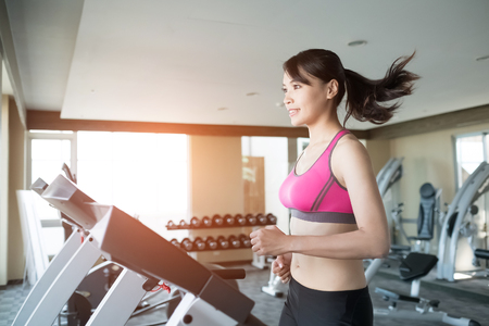 Photo pour woman run on treadmill in the gym - image libre de droit