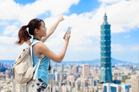 Photo pour woman take phone and show something in the taipei - image libre de droit