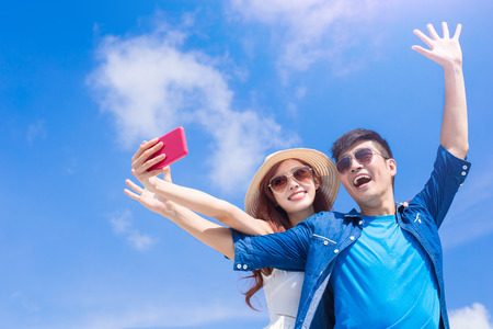 Foto de couple selfie happily with the blue sky - Imagen libre de derechos