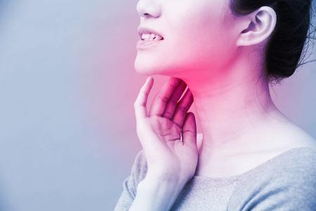 Photo pour women with thyroid gland problem on the blue background - image libre de droit