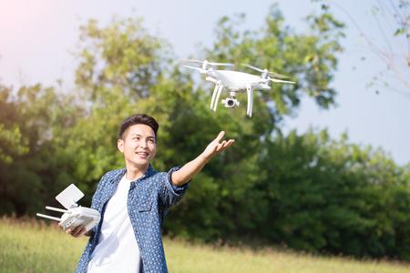 Foto de asia man play drone in the outdoor - Imagen libre de derechos