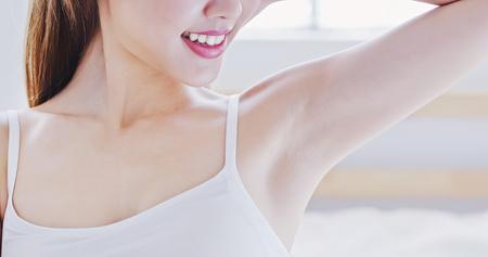 Foto de beauty woman smile with clean underarm at home - Imagen libre de derechos