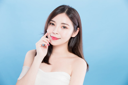 Photo pour beauty skincare woman look you and smile happily on the blue background - image libre de droit